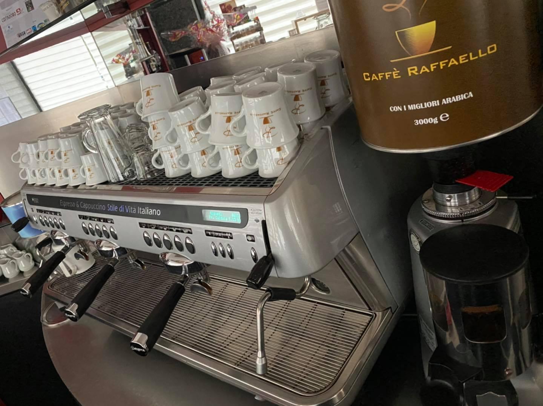Take away al Caffè Raffaello: il bar che riparte mentre il caffè si porta via